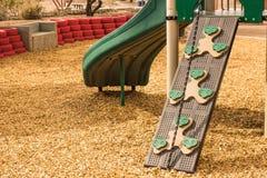 Κεκλιμένη ράμπα αναρρίχησης παιδιών στο τοπικό πάρκο στοκ φωτογραφίες