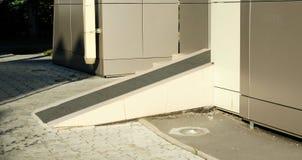 Κεκλιμένη ράμπα για τις αναπηρικές καρέκλες Στοκ φωτογραφίες με δικαίωμα ελεύθερης χρήσης
