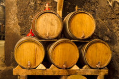 Κελάρι κρασιού Ðld με τα δρύινα βαρέλια Στοκ φωτογραφία με δικαίωμα ελεύθερης χρήσης