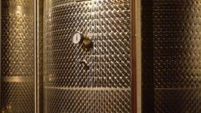 Κελάρι με τα βαρέλια κρασιού απόθεμα βίντεο