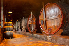 Κελάρι με τα βαρέλια κρασιού Στοκ φωτογραφίες με δικαίωμα ελεύθερης χρήσης
