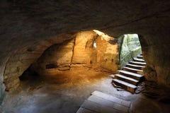 Κελάρι σπηλιών με τα σκαλοπάτια και τους ιστορικούς τοίχους Στοκ Φωτογραφίες