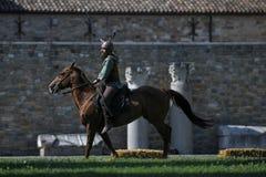 Κελτικά άλογα οδήγησης ιπποτών στο παραδοσιακό κοστούμι Στοκ Εικόνες