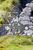 Κελτικός σταυρός κοντά στις καταστροφές του κάστρου Ο ` Brien ` s σε Inisheer, νησιά Aran, Ιρλανδία Στοκ Εικόνες