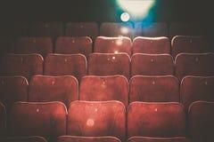Κενά άνετα κόκκινα καθίσματα στον κινηματογράφο Στοκ Εικόνες