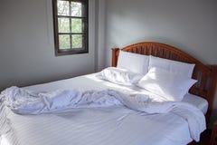 Κενά άσπρα ενδύματα μαξιλαριών και ακατάστατο γενικό δωμάτιο κρεβατιών Στοκ φωτογραφίες με δικαίωμα ελεύθερης χρήσης