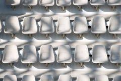 Κενά άσπρα καθίσματα σταδίων Στοκ φωτογραφία με δικαίωμα ελεύθερης χρήσης