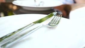 Κενά άσπρα πιάτο και μαχαιροπήρουνα σε το Δίκρανο και μαχαίρι κίνηση αργή απόθεμα βίντεο