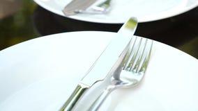Κενά άσπρα πιάτο και μαχαιροπήρουνα σε το Δίκρανο και μαχαίρι κίνηση αργή φιλμ μικρού μήκους