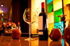 Κενά γυαλιά και κρασί που τίθενται στο εστιατόριο Στοκ Εικόνες