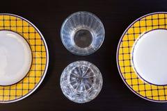 Κενά γυαλιά και πιάτα στο μαύρο ξύλινο υπόβαθρο στοκ φωτογραφίες με δικαίωμα ελεύθερης χρήσης