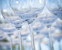Κενά γυαλιά κρασιού που θέτουν για τη δεξίωση γάμου Στοκ εικόνες με δικαίωμα ελεύθερης χρήσης