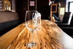 Κενά γυαλιά κρασιού στον πίνακα πλακών στο εστιατόριο Στοκ Εικόνα