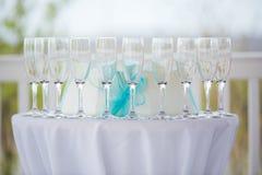 Κενά γυαλιά CHAMPAGNE ή κρασιού σε έναν άσπρο πίνακα στοκ φωτογραφία με δικαίωμα ελεύθερης χρήσης