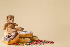 κενά γυαλιά διακοσμήσεων ντεκόρ σαμπάνιας πέρα από το μετάξι δύο συμβαλλόμενων μερών λευκό Donuts και παιχνίδι Στοκ Εικόνες