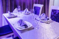 Κενά γυαλιά και πιάτα που τίθενται σε ένα εσωτερικό νέο εστιατόριο πολυτέλειας με τους καλυμμένους πίνακες Στοκ εικόνα με δικαίωμα ελεύθερης χρήσης