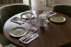 Κενά γυαλιά και πιάτα που τίθενται στο εστιατόριο Στοκ φωτογραφία με δικαίωμα ελεύθερης χρήσης