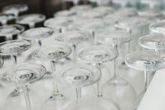 Κενά γυαλιά κρασιού κινηματογραφήσεων σε πρώτο πλάνο στο φραγμό Στοκ Φωτογραφία