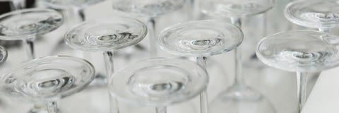 Κενά γυαλιά κρασιού κινηματογραφήσεων σε πρώτο πλάνο στο φραγμό Στοκ Εικόνες