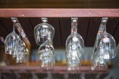 Κενά γυαλιά κρασιού που κρεμούν πέρα από το φραγμό Στοκ Φωτογραφία