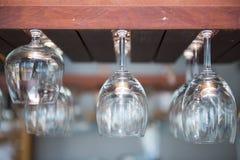 Κενά γυαλιά κρασιού που κρεμούν πέρα από το φραγμό Στοκ φωτογραφίες με δικαίωμα ελεύθερης χρήσης