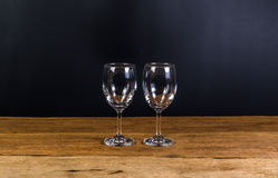 κενά γυαλιά κρασιού στον ξύλινο πίνακα Στοκ Εικόνα