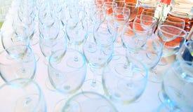 Κενά γυαλιά κρασιού στο κόμμα κήπων Στοκ Εικόνες