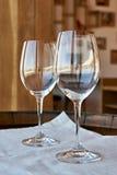 Κενά γυαλιά κρασιού στο ξύλινο βαρέλι Στοκ φωτογραφία με δικαίωμα ελεύθερης χρήσης