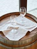 Κενά γυαλιά κρασιού στο ξύλινο βαρέλι Στοκ Φωτογραφίες