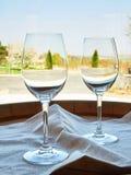 Κενά γυαλιά κρασιού στο ξύλινο βαρέλι Στοκ εικόνα με δικαίωμα ελεύθερης χρήσης