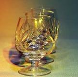 Κενά γυαλιά κρυστάλλου στο χρωματισμένο ελαφρύ τονισμό στοκ εικόνες με δικαίωμα ελεύθερης χρήσης
