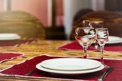 Κενά γυαλιά που τίθενται με το πιάτο και το μαχαίρι στο εστιατόριο Στοκ φωτογραφία με δικαίωμα ελεύθερης χρήσης