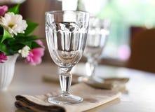 Κενά γυαλιά που τίθενται στο εστιατόριο Στοκ Εικόνες