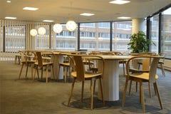 κενά εσωτερικά μεγάλα να αφήσει καφετερίων ελαφριά καλυμμένα Windows Στοκ φωτογραφία με δικαίωμα ελεύθερης χρήσης
