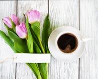 Κενά ευχετήρια κάρτα ανθοδεσμών τουλιπών και φλυτζάνι καφέ Στοκ φωτογραφίες με δικαίωμα ελεύθερης χρήσης