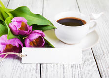 Κενά ευχετήρια κάρτα ανθοδεσμών τουλιπών και φλυτζάνι καφέ Στοκ εικόνα με δικαίωμα ελεύθερης χρήσης