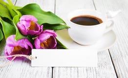 Κενά ευχετήρια κάρτα ανθοδεσμών τουλιπών και φλυτζάνι καφέ Στοκ Φωτογραφία