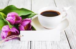 Κενά ευχετήρια κάρτα ανθοδεσμών τουλιπών και φλυτζάνι καφέ Στοκ φωτογραφία με δικαίωμα ελεύθερης χρήσης