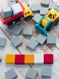 Κενά ζωηρόχρωμα ξύλινα κομμάτια σταυρολέξου με τα παιχνίδια φορτηγών Στοκ Εικόνα
