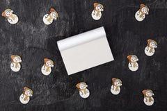 Κενά ημερολόγια με το χιονάνθρωπο παιχνιδιών στοκ εικόνες με δικαίωμα ελεύθερης χρήσης