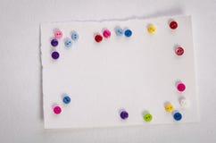 Κενά κάρτα και colorfull κουμπιά Στοκ Φωτογραφίες