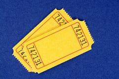 Κενά κίτρινα εισιτήρια κινηματογράφων, δύο, μπλε υπόβαθρο στοκ φωτογραφίες