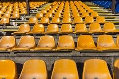 Κενά κίτρινα καθίσματα στο αθλητικό στάδιο Στοκ Εικόνες