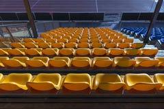 Κενά κίτρινα καθίσματα στο αθλητικό στάδιο Στοκ Φωτογραφία