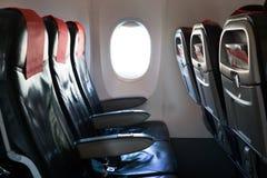 Κενά καθίσματα αεροπλάνων με το παράθυρο αεροπλάνων Στοκ Φωτογραφίες