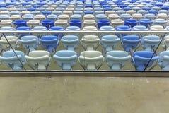 Κενά καθίσματα χρώματος στο γήπεδο ποδοσφαίρου Maracana Στοκ Εικόνες