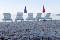 Κενά καρέκλα και parasol γεφυρών πέντε από μια χαμηλή γωνία Στοκ φωτογραφία με δικαίωμα ελεύθερης χρήσης