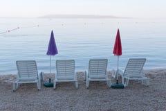 Κενά καρέκλα και parasol γεφυρών τέσσερα Στοκ εικόνα με δικαίωμα ελεύθερης χρήσης