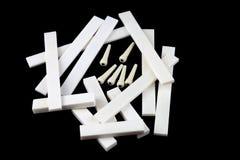 Κενά καρυδιών και σελών κιθάρων κόκκαλων και καρφίτσες γεφυρών σε μαύρο Backg Στοκ φωτογραφίες με δικαίωμα ελεύθερης χρήσης