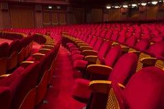 Κενά κόκκινα καθίσματα για τον κινηματογράφο Στοκ εικόνες με δικαίωμα ελεύθερης χρήσης